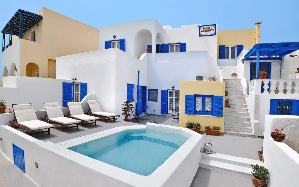 CHEAP HOTELS IN SANTORINI